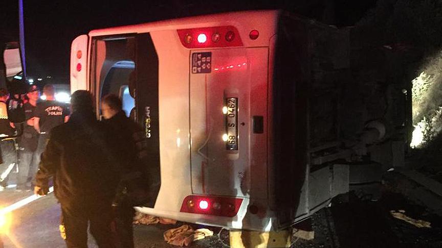 Öğrencileri taşıyan midibüs devrildi: 1 ölü, 18 yaralı