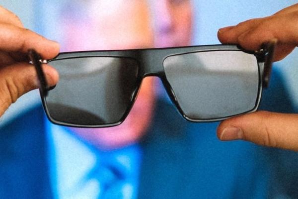 Bu gözlük ekranları karartıyor