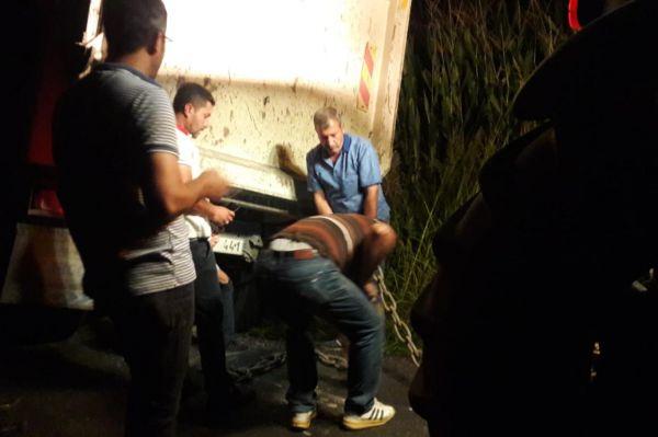Kamyon servise çarptı: 2 öğrenci yaralandı