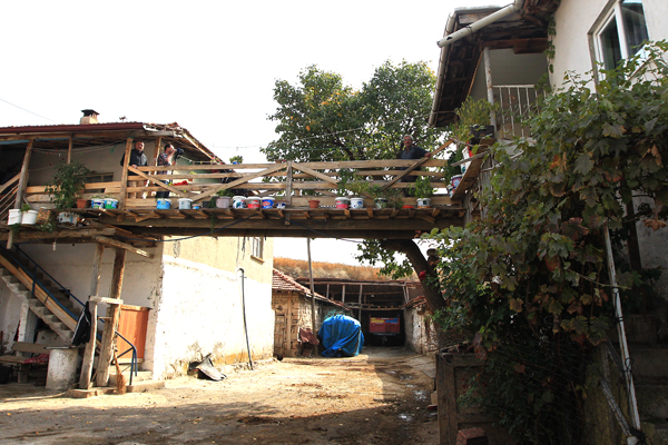 Evden eve 14 metrelik köprü