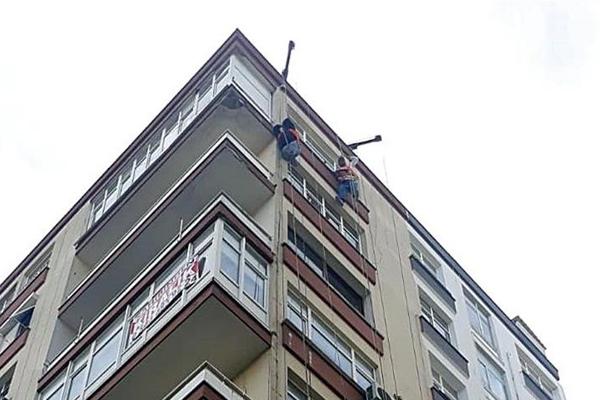 Kayan asansör platformunun halatına tutunarak kurtuldular