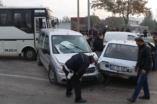 Midibüs trafik ışığında bekleyen araçlara çarptı