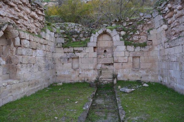 Tarihi 900 yıl öncesine dayanan Artuklu Çeşmesi taşınmayı bekliyor