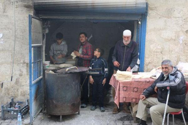 Suriyeliler tandır ekmeğinden vazgeçmiyor