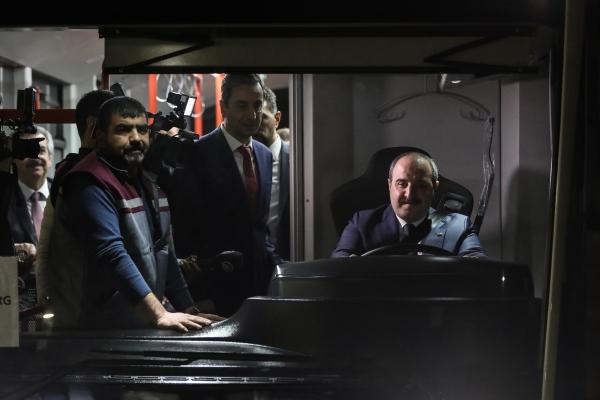 Bakan Varank, yerli elektrikli otobüsün direksiyonuna geçti