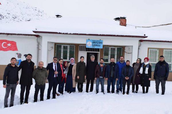 Kar nedeniyle yolları kapanan köy öğretmenlerine moral ziyareti