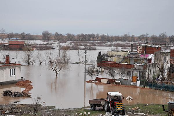 Bursa`da dere taştı, evleri su bastı