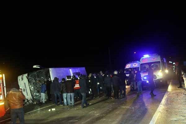 Belediye otobüsü devrildi! Ölü ve yaralılar var...