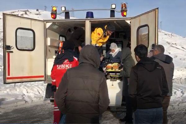 Yaşlı kadın paletli ambulansla hastaneye kaldırıldı