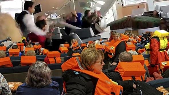 Turist gemisi, bin 300 yolcusuyla sürükleniyor