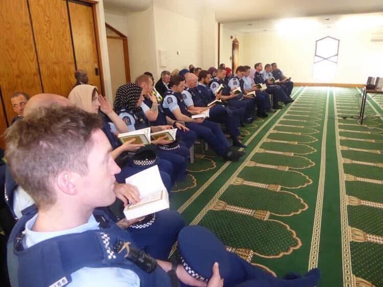 yeni zelanda polisi İslam'ı öğreniyor..