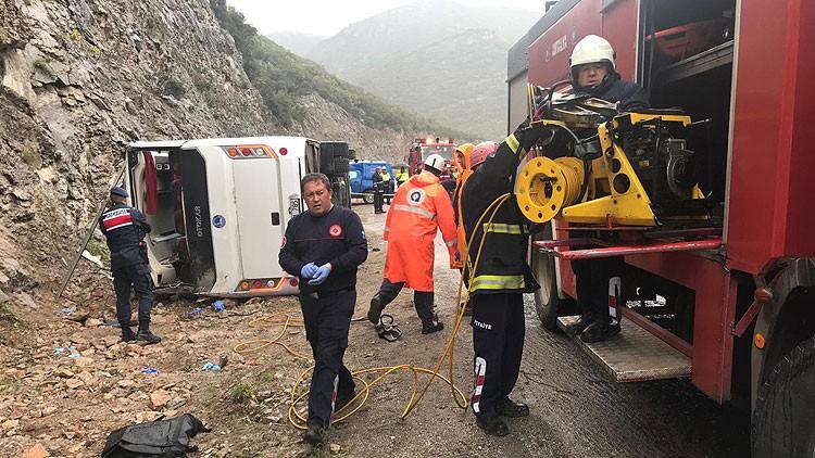 Antalya'da otobüs devrildi: 3 ölü, 17 yaralı