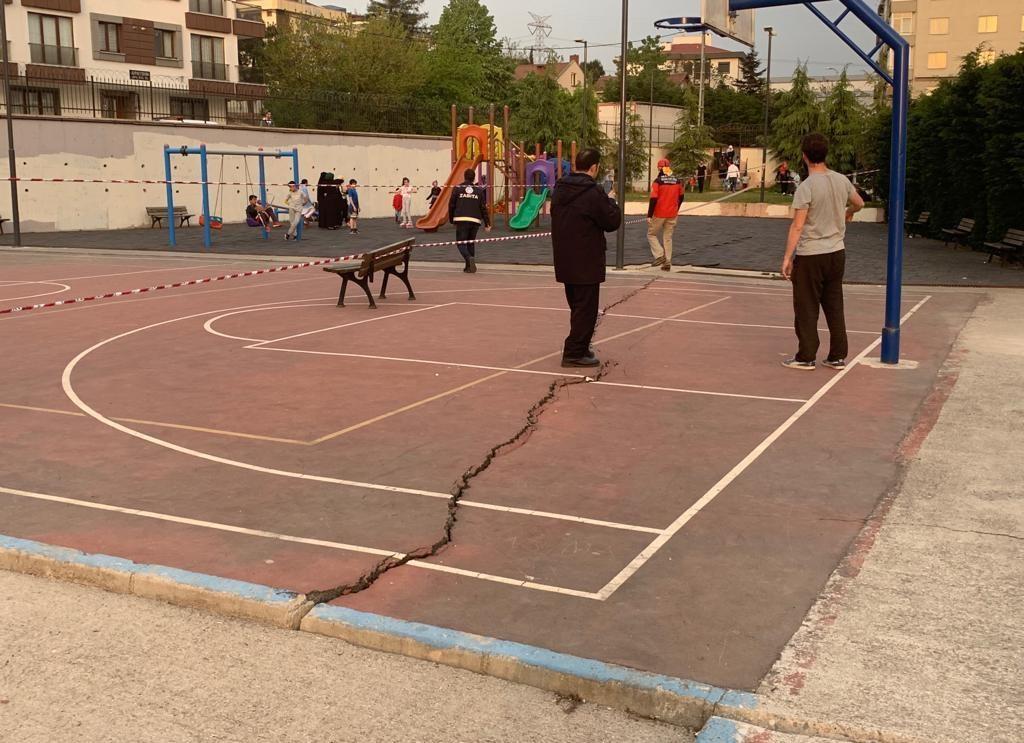 İstanbul Sancaktepe'de parkta korkutan çatlaklar