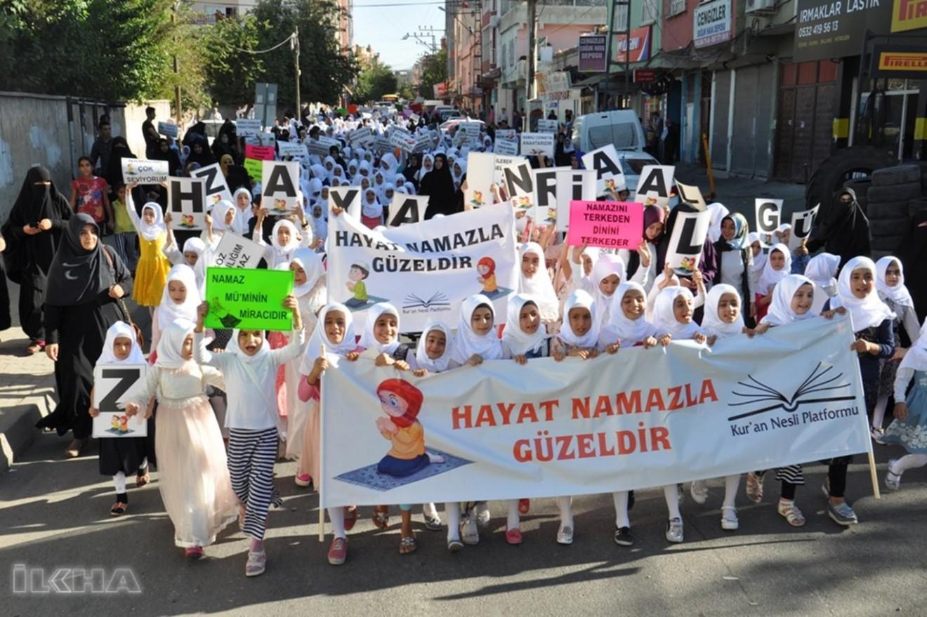 """Kur'an Nesli Platformu'ndan namaz çağrısı  """"NESİLLER NAMAZLA İHYA OLUR"""""""