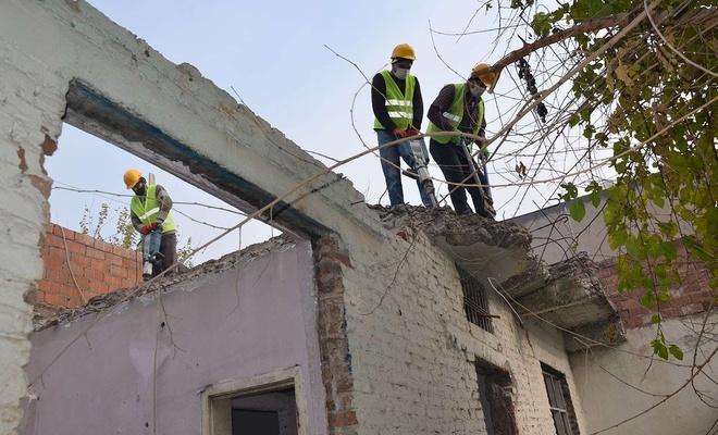 Diyarbakır'da suç çetelerinin barınağı haline gelen metruk yapılar yıkılıyor
