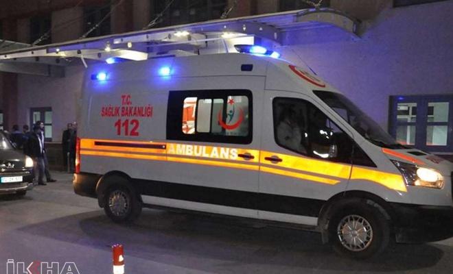 Mardin'de otomobil direğe çarptı: 5 yaralı