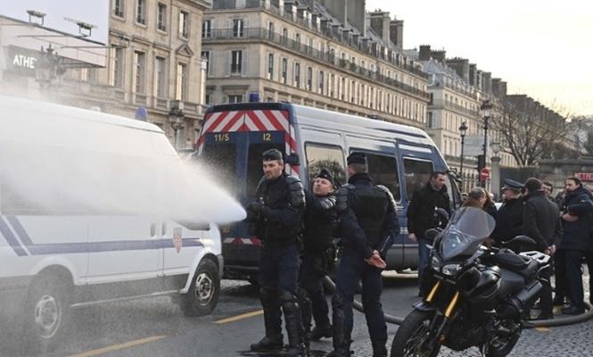 Paris`te Sarı Yeleklerin gösterisinde çok sayıda gözaltı