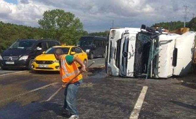 İstanbul'da kamyon devrildi