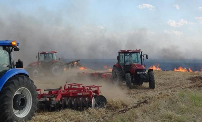 Çiftçi anızla birlikte geleceğini de yakıyor