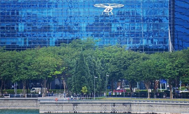 Singapur'da uçan taksi ilk şehir turunu attı