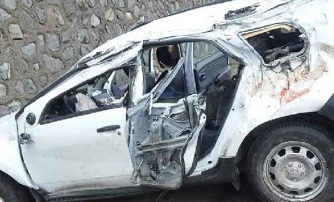 Otomobil istinat duvarına çarptı: 2 ölü, 3 yaralı