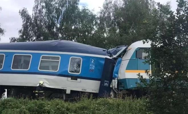 Çekya'da iki tren çarpıştı: 2 ölü