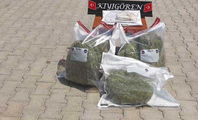 Sınır hattında uyuşturucu, gümrük kaçağı sigara ve cep telefonları ele geçirildi