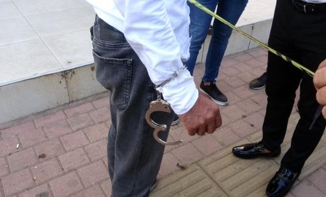 Polis kılığına giren soyguncu, girdiği kuyumcunun sahibini kelepçeleyip 1 kilo altın çaldı