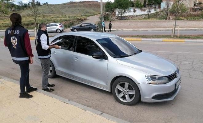 Kısıtlamayı ihlal eden sürücü kendini ve arkadaşını araca kilitledi