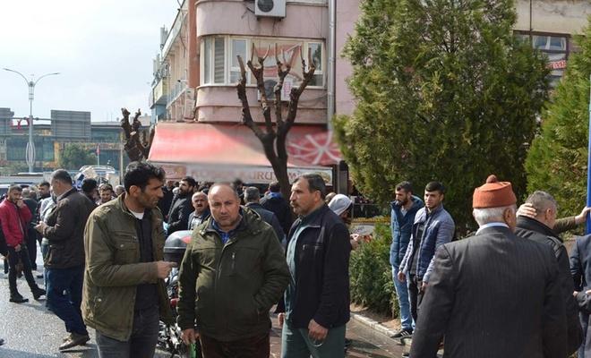 """""""Kahvehanelerin kapatılması"""" kararına uymayanlar kahvehane önlerinde toplandı"""