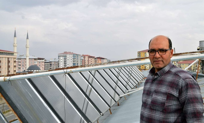 Güneş enerjisi ile 30 dairelik binayı ısıtıyor