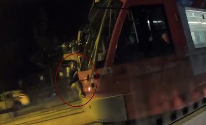 Tramvaya asılan çocuk görenleri korkuttu!