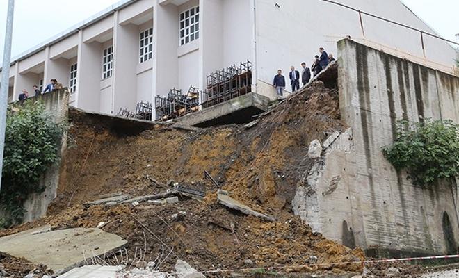 Ordu`daki sağanakta bir okulun bahçe duvarı yıkıldı
