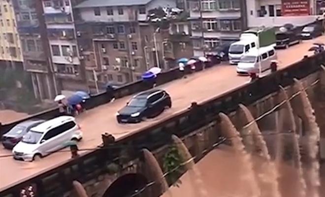 Su baskını köprüde şelale oluşturdu
