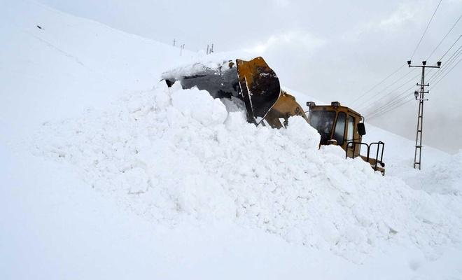 Bitlis'te çığ tehlikesine karşı iki ilçenin yolu trafiğe kapatıldı