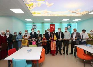 Gaziantep'te Z kütüphane ve halı saha açıldı