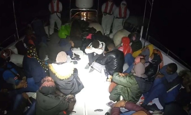 Lastik botu arızalanan 28 düzensiz göçmen kurtarıldı
