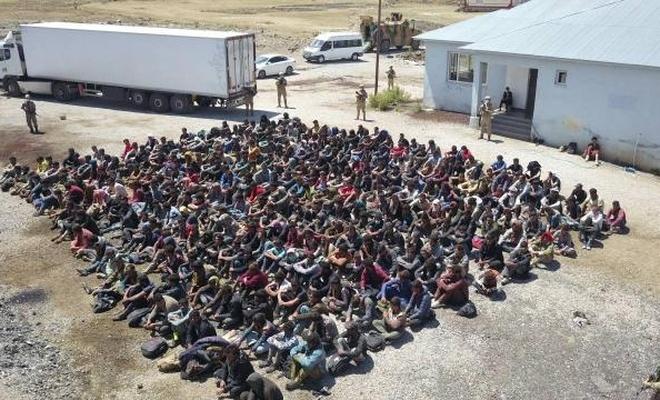 Tırın dorsesinde 300 göçmen çıktı