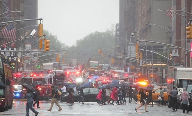 New York'ta helikopter gökdelene çarptı