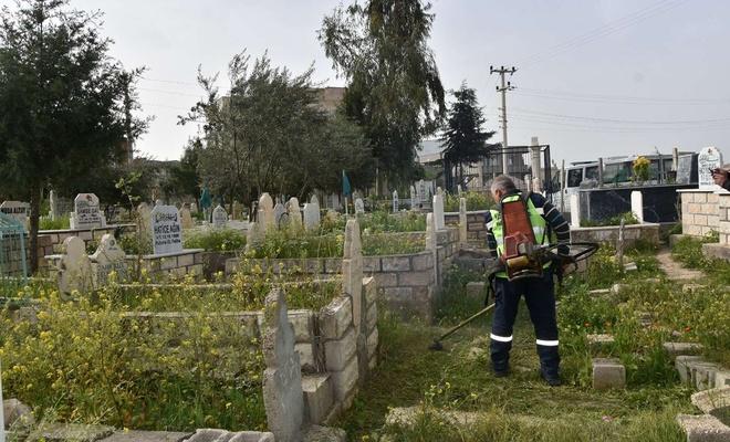 Nusaybin'de mezarlıklarda temizlik çalışmalarına başlandı