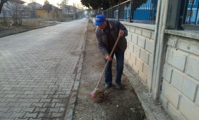 Mahallesini temizleyen adama temizlik işçileri tepkili