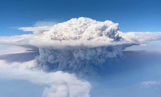 Kaliforniya'daki orman yangının havadan görüntüsü nükleer patlamayı andırıyor