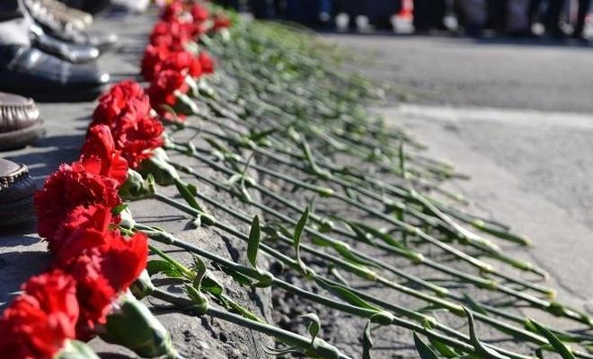 İstanbul`da saldırının olduğu yere karanfiller bırakıldı