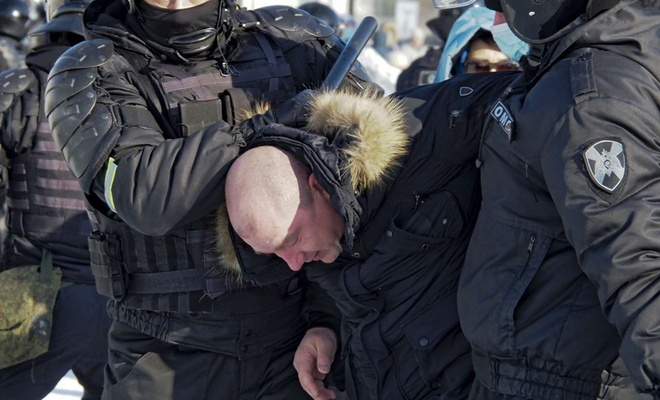 Russian police clashes with protesters in Moscow