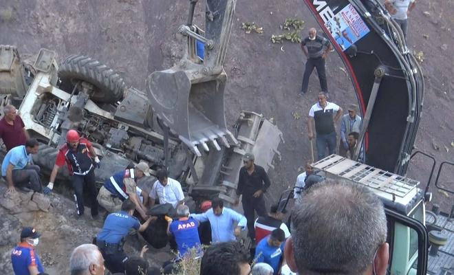 İş Makinesi 500 metre yüksekliğindeki uçurumdan yuvarlandı: Bir ölü
