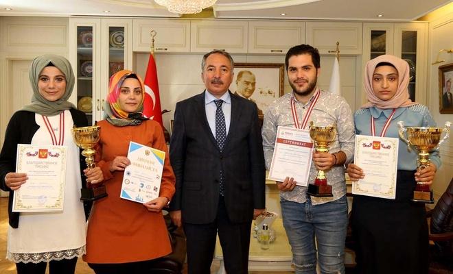 Rektör Rusça Olimpiyatlarında ödül alan öğrencileri kabul etti