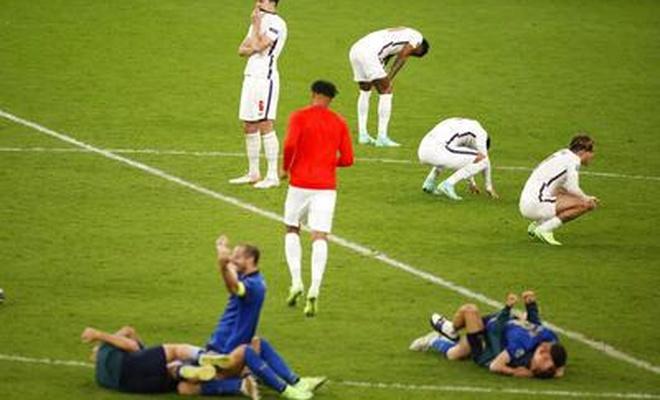 Penaltı kaçıran siyah oyunculara hakaret ettiler