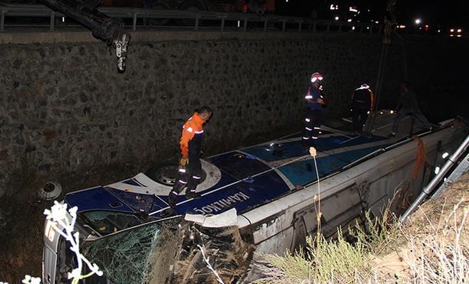 Afyon`da yolcu otobüsü devrildi: 8 ölü, 27 yaralı