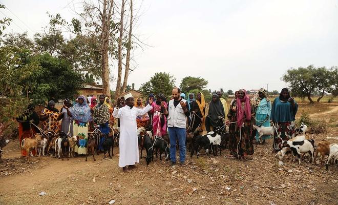 Avrupa Yetim Eli Uganda'da süt keçisi ve gıda paketi dağıttı
