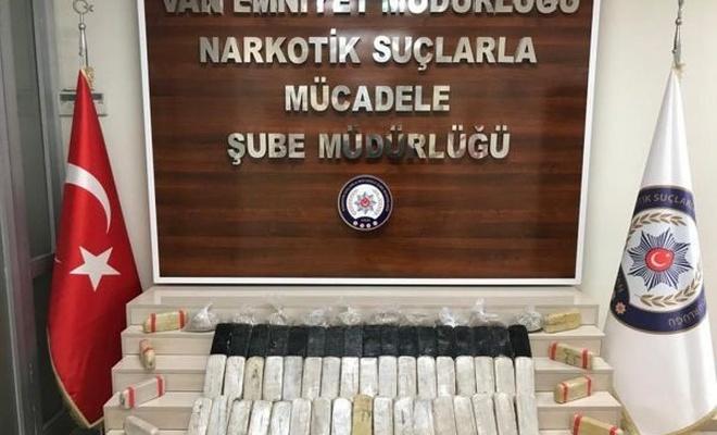 Van`da 32 kilogram eroin ile kaçak sigara ve telefon ele geçirildi